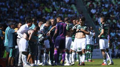 Santos tuvo que cambiar de uniforme a mitad del primer tiempo