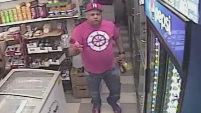 En video: Empleado de una bodega en Nueva York fue atacado con una botel...
