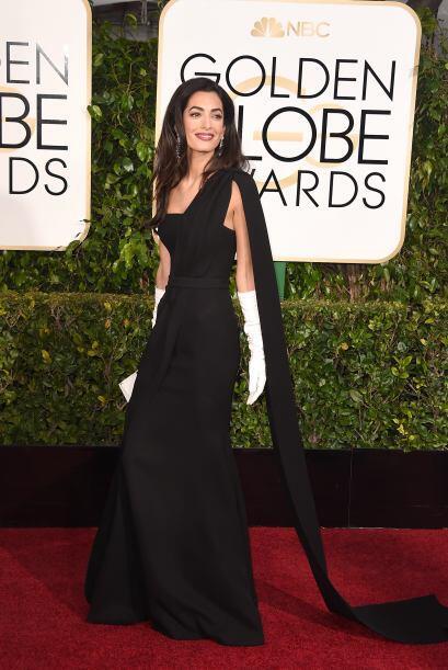 Amal portó un elegante vestido negro con guantes blancos hasta los codos.