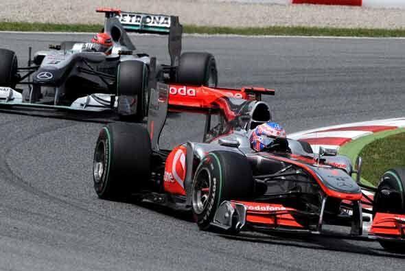 Button no logró defenderse de Schumacher el cual le quitó la cuarta posi...