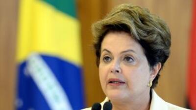 Dilma pidió a los brasileños que se 'levantaran'.