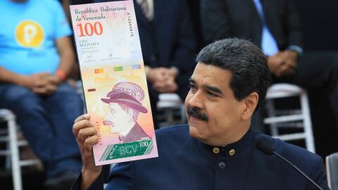 Maduro mostrando el diseño del nuevo billete de Venezuela, 'bol&i...