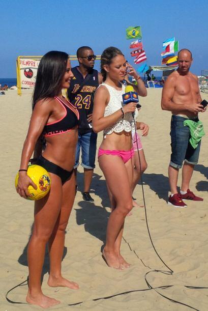Los curiosos comenzaron a rodear a las guapas conductoras de Televisa De...