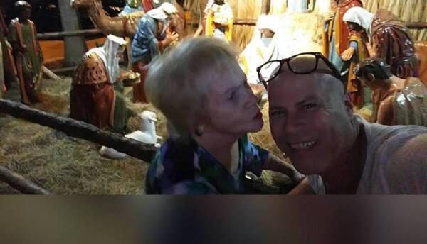 Acto de amor: Hijo mece a su madre con demencia