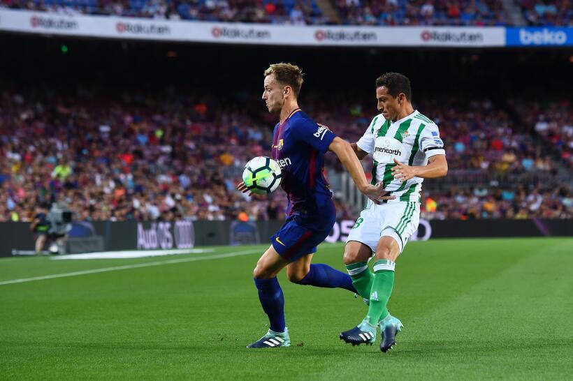 Barcelona curó las heridas y venció al Betis de Guardado GettyImages-835...