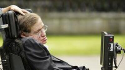 Stephen Hawking ingresó muy enfermo al hospital por una infección en el...