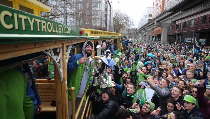 Seattle Sounders celebrando por las calles de Seattle