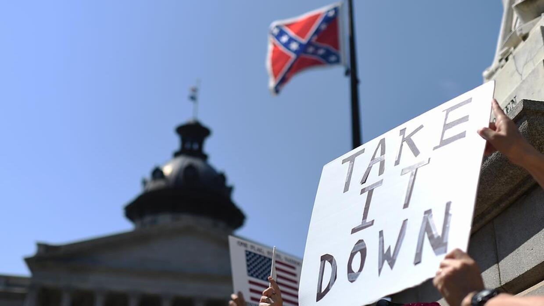 Manifestantes se unen para derribar la bandera confederada en Carolina d...