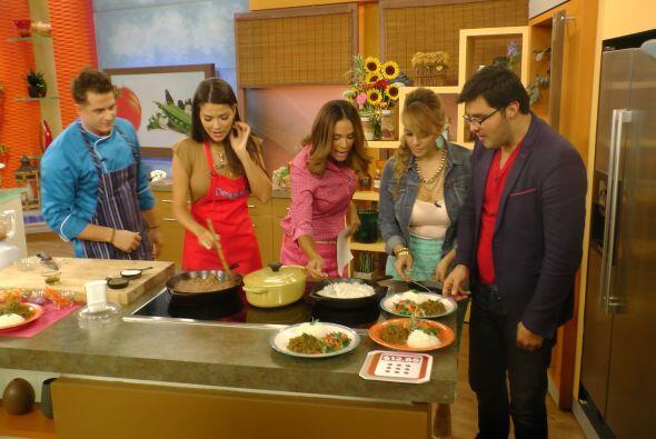 Mientras ella preparaba una deliciosa carne molida guisada con arroz y p...