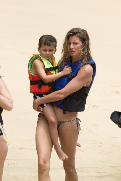 Tras nadar un poco Gisele volvió a donde se encontraban sus hijos.Mira a...