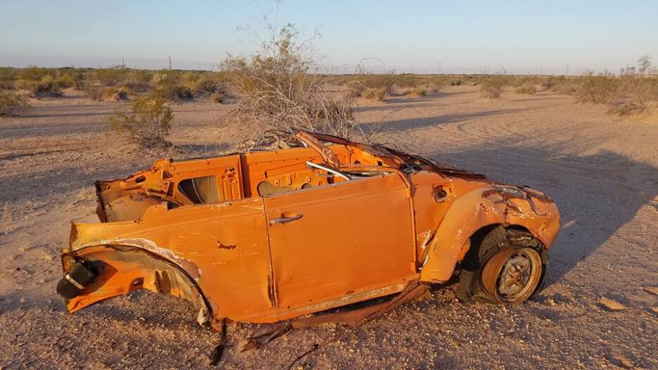 Los restos de un vehículo en la frontera.