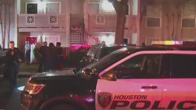 Dos hombres resultaron heridos en un tiroteo dentro de un complejo de vivienda