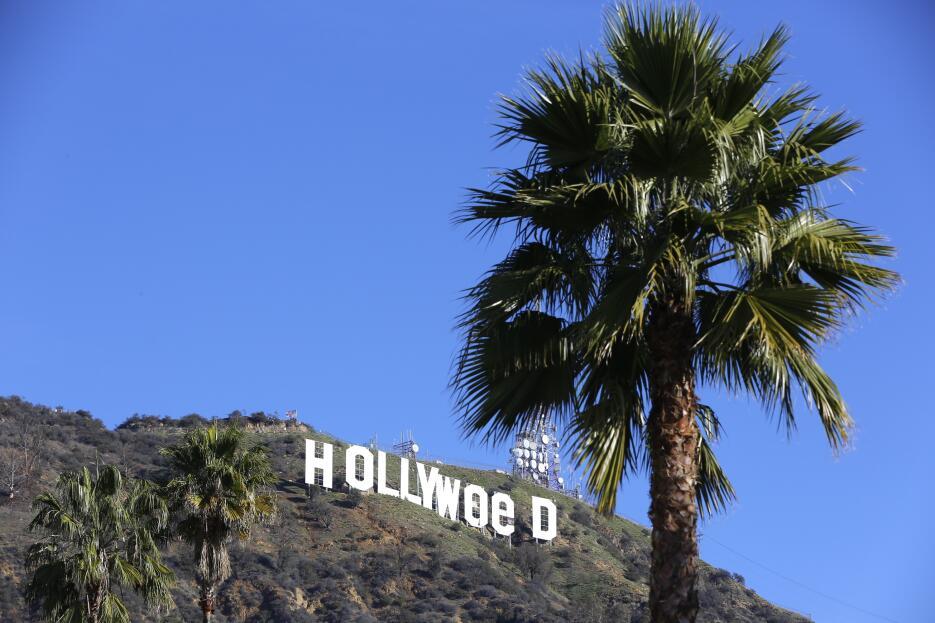 El letrero  de Hollywood fue convertido en 'Hollyweed' durante u...