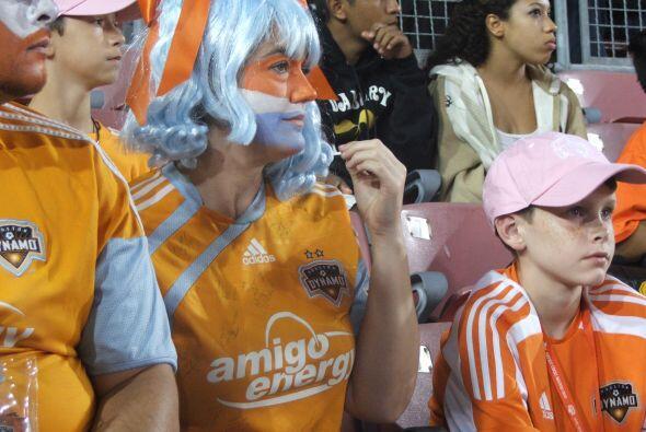 Con gran cantidad de aficionados, el Dynamo jugó su penúltimo partido de...
