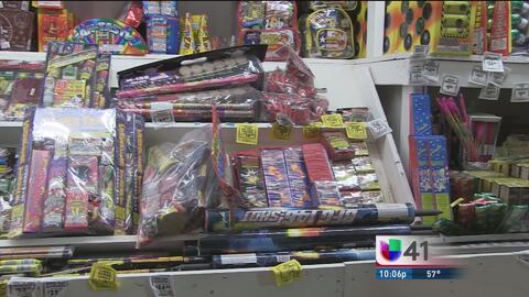Residentes de San Antonio salen de la ciudad para comprar fuegos artific...