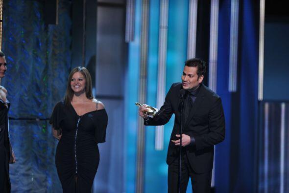 """El mismo año Jenni le entregó a Víctor Manuelle un premio. """"Desde Puerto..."""