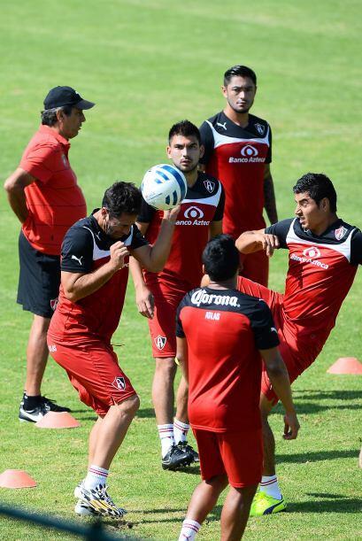 En lo futbolístico hay estabilidad. Edgar Castillo y el 'Negro' Medina a...