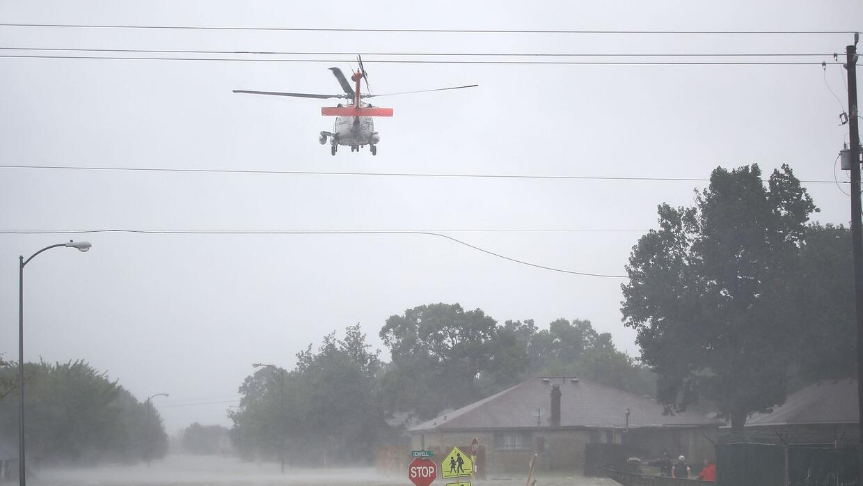 Equipos de salvamento en Houston