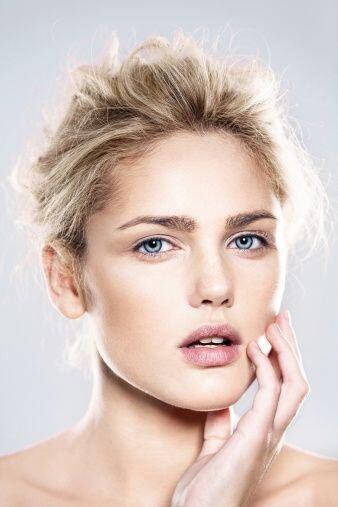 El 'look nude' viene a ser protagonista del maquillaje invernal. Esta te...