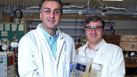 Amin Salehi-Khojin y Mohammad Asadi, de la Universidad de Illinois en Ch...