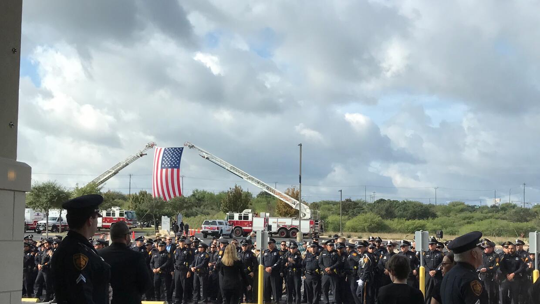 Cientos de residentes de San Antonio y oficiales de Policía se di...