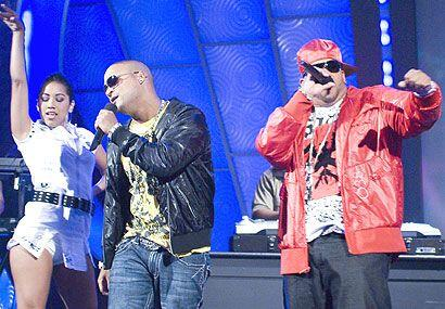 Los reggaetoneros se dan tiempo hasta para la moda.