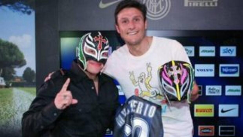 Rey Mysterio y Javier Zanetti en Italia. (Foto: Twitter)