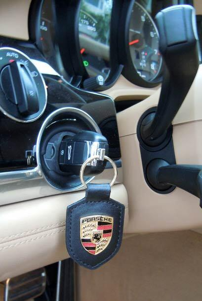 Como todo miembro de la familia Porsche, la llave se coloca del lado izq...