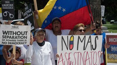 Un grupo de venezolanos protesta contra su gobierno en Cancún, en vísper...