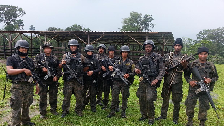 Excapitán Rodríguez (tercero de izquierda a derecha) con miembros de su...