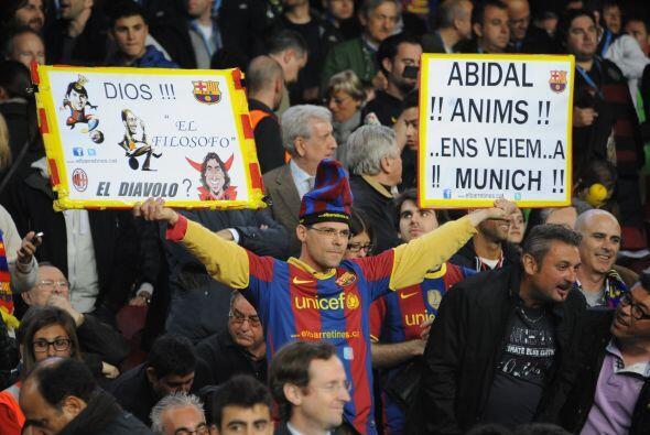Mientras tanto, los fanáticos en las tribunas le mandaban 'recadi...
