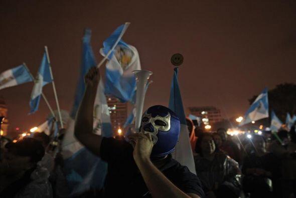 Decenas de banderas guatemaltecas se ven sobre las calles.
