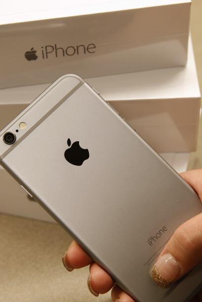 La parte posterior de un iPhone 6 en color gris se muestra aquí.
