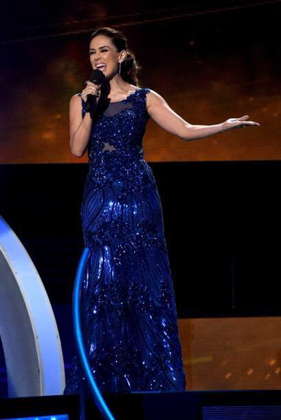 El azul eléctrico va muy bien con la sobriedad de la presentadora.
