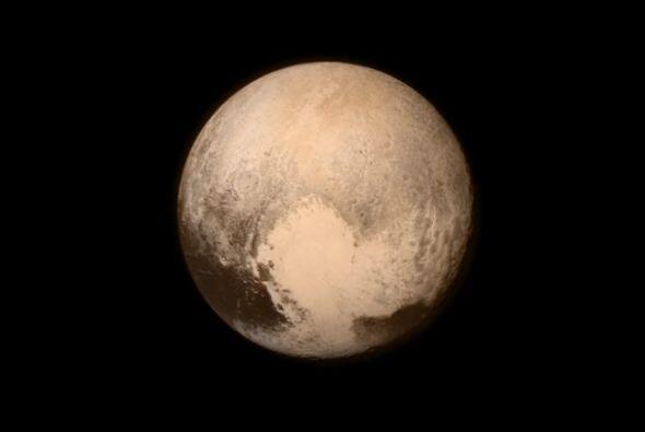 Plutón tomado a detalle captado a una distancia de 476 mil millas de la...