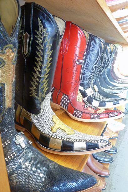 Otra característica de la moda tribal, además del pico y el brillo, son...