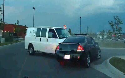 Un hombre choca contra el auto de un sospechoso que huía de la policía y...