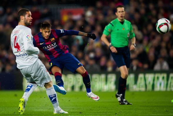 'Ney' también buscó hacer su gol con este remate colocado que pasó desvi...