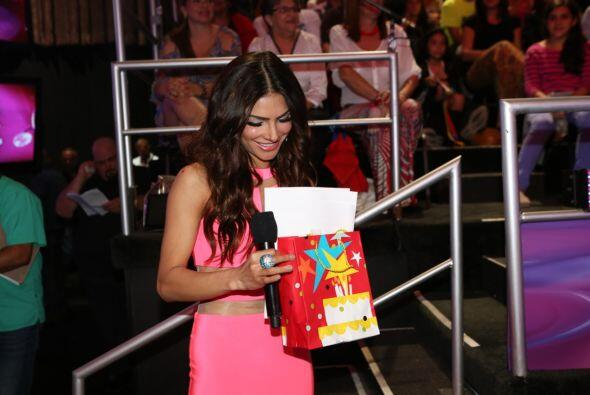 Un pequeño del público llegó con su regalito para Alejandra y por supues...