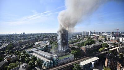 En fotos: Enorme incendio engulle un edificio de apartamentos de 27 plantas en Londres