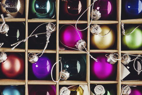 Guarda las cajas. Procura poner las decoraciones del árbol navideño dent...