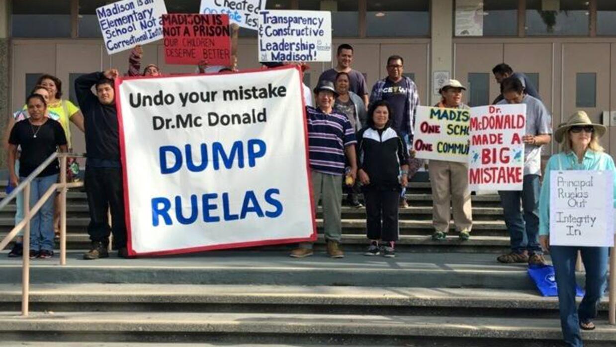 Protesta de padres de familia por las amenazas que recibieron dos hispan...