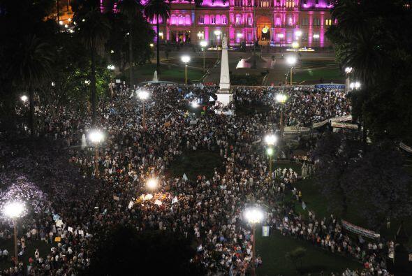 Noviembre 8- Cientos de miles de argentinos realizaron multitudinarias m...