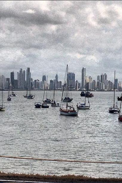 Y aquí la vista de la ciudad de Panamá y la marina.   Escu...