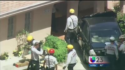 ¡Tremendo susto! Autos impactan residencia con niños en el interior