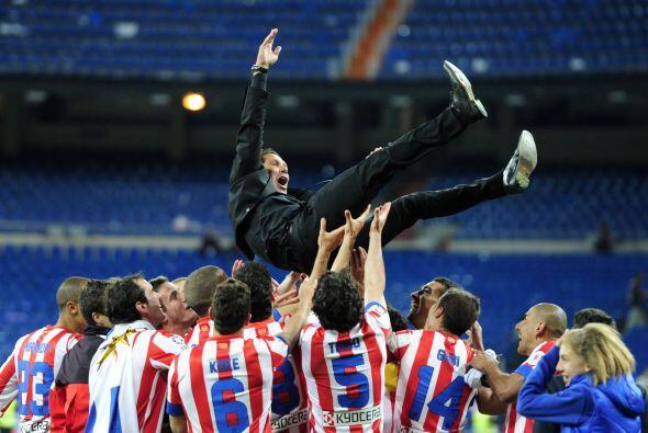 Diego Simeone fue vitoreado por sus pupilos y puesto en lo aire tras la...