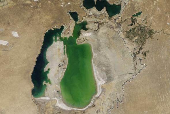 La línea negra marca la extensión inicial del lago es de 1960. Desde ent...