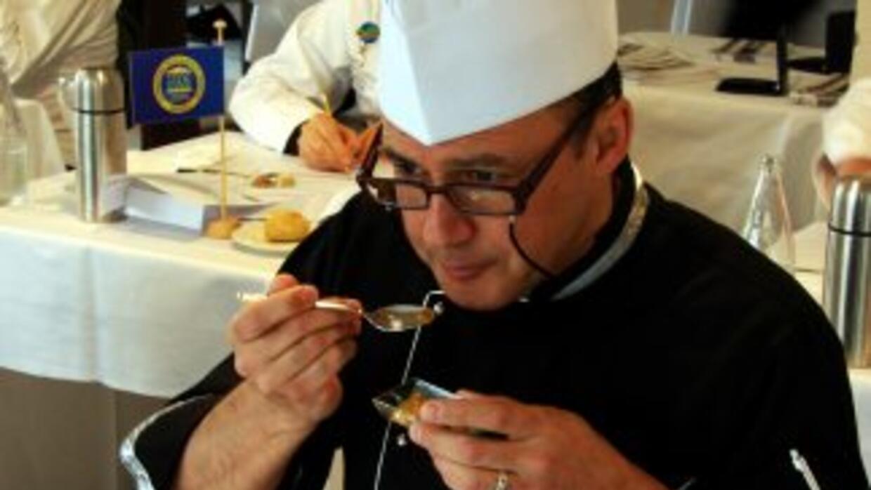 Los maestros cocineros deben paladear los alimentos como si los consumie...