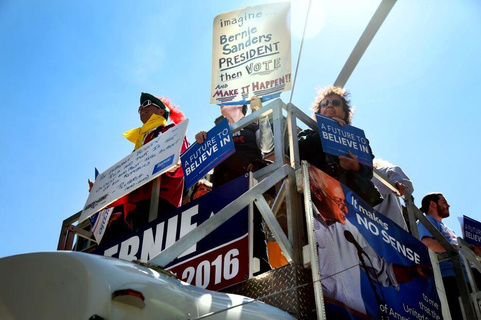 Simpatizantes de Sanders salen del centro de Manhattan en un bus adaptad...