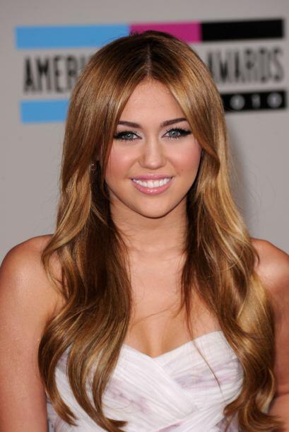 Miley Cyrus ya no es una niña, lo confirmó este micro vestido blanco que...